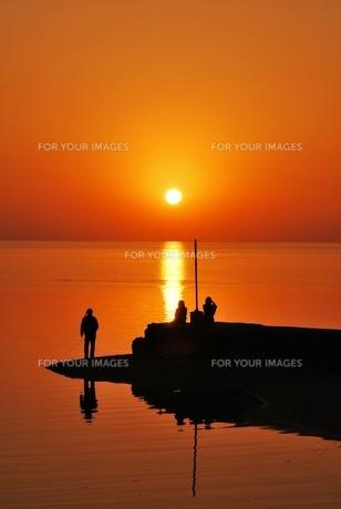 小さい漁港の夕日の素材 [FYI00369962]