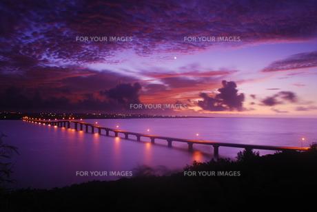 来間大橋の夜明けの写真素材 [FYI00370347]