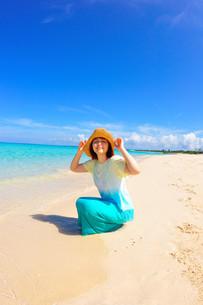 宮古島/水辺で愉しむ帽子の女性の写真素材 [FYI00371554]