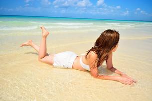 宮古島/前浜ビーチの夏を愉しむ白い水着の女性の写真素材 [FYI00371585]