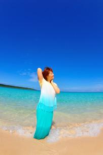 宮古島/水辺で愉しむ女性の写真素材 [FYI00371638]
