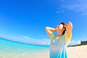宮古島/水辺で愉しむ女性の写真素材 [FYI00371686]