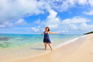 宮古島/長間浜で夏を愉しむ若い女性の写真素材 [FYI00372069]