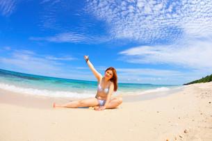 宮古島/長間浜で夏を愉しむ若い女性の写真素材 [FYI00372147]