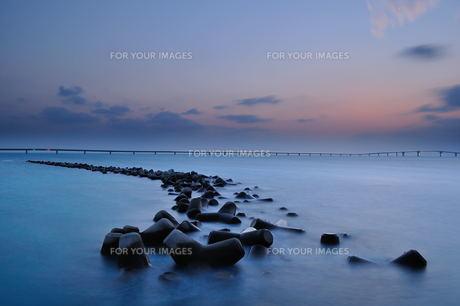 宮古島/テトラーポッドと伊良部大橋の夜景の素材 [FYI00374104]