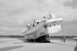 宮古伊良部島/佐良浜漁港の廃船の素材 [FYI00374320]