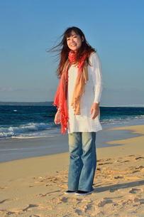 ストールの女性宮古島でリフレッシュの写真素材 [FYI00375494]
