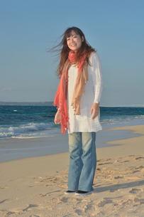 ストールの女性宮古島でリフレッシュの写真素材 [FYI00375497]