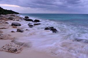 宮古島/冬の長間浜海岸/打ち寄せる波の写真素材 [FYI00375556]