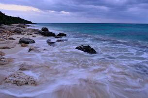 宮古島/冬の長間浜海岸/打ち寄せる波の写真素材 [FYI00375559]