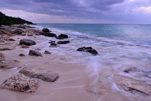 宮古島/冬の長間浜海岸/打ち寄せる波の写真素材 [FYI00375561]