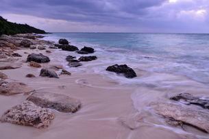 宮古島/冬の長間浜海岸/打ち寄せる波の写真素材 [FYI00375566]