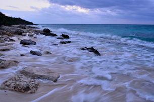 宮古島/冬の長間浜海岸/打ち寄せる波の写真素材 [FYI00375568]