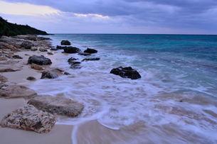 宮古島/冬の長間浜海岸/打ち寄せる波の写真素材 [FYI00375573]