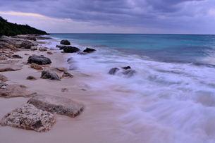 宮古島/冬の長間浜海岸/打ち寄せる波の写真素材 [FYI00375576]