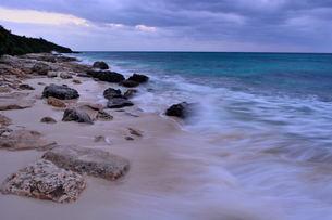 宮古島/冬の長間浜海岸/打ち寄せる波の写真素材 [FYI00375577]