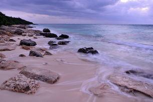 宮古島/冬の長間浜海岸/打ち寄せる波の写真素材 [FYI00375578]