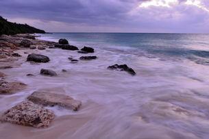 宮古島/冬の長間浜海岸/打ち寄せる波の写真素材 [FYI00375581]