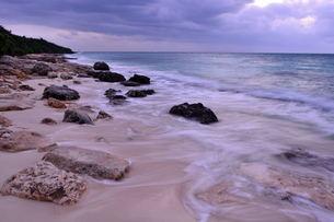 宮古島/冬の長間浜海岸/打ち寄せる波の写真素材 [FYI00375588]