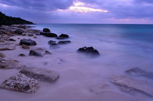 宮古島/冬の長間浜海岸/打ち寄せる波の写真素材 [FYI00375589]