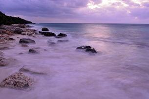 宮古島/冬の長間浜海岸/打ち寄せる波の写真素材 [FYI00375598]
