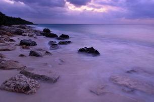 宮古島/冬の長間浜海岸/打ち寄せる波の写真素材 [FYI00375600]