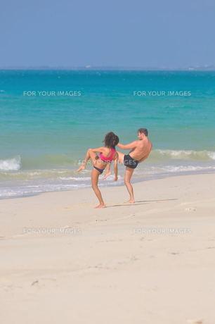 宮古島/前浜ビーチで空手&ヨガの写真素材 [FYI00375603]
