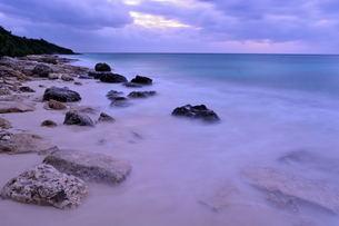 宮古島/冬の長間浜海岸/打ち寄せる波の写真素材 [FYI00375607]