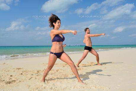 宮古島/前浜ビーチで空手&ヨガの写真素材 [FYI00375629]