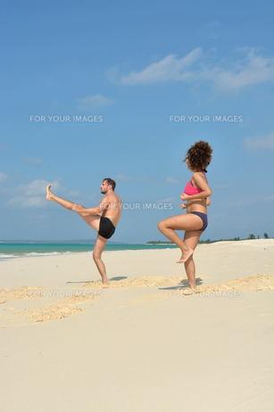 宮古島/前浜ビーチで空手&ヨガの写真素材 [FYI00375631]