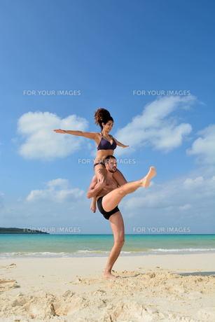 宮古島/前浜ビーチで空手&ヨガの写真素材 [FYI00375639]