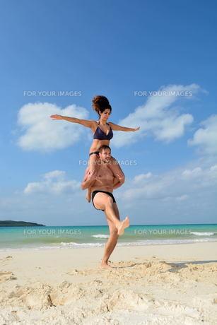 宮古島/前浜ビーチで空手&ヨガの写真素材 [FYI00375654]