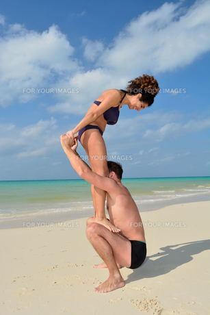 宮古島/前浜ビーチで空手&ヨガの写真素材 [FYI00375664]