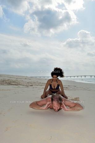 宮古島/前浜ビーチで空手&ヨガの写真素材 [FYI00375667]
