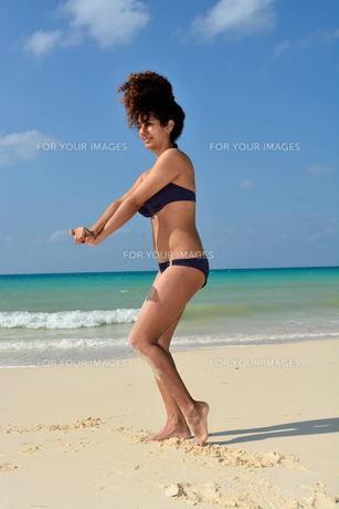宮古島/前浜ビーチで空手&ヨガの写真素材 [FYI00375673]