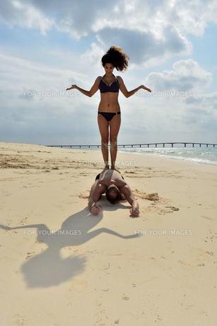 宮古島/前浜ビーチで空手&ヨガの写真素材 [FYI00375674]
