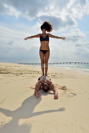 宮古島/前浜ビーチで空手&ヨガの写真素材 [FYI00375678]