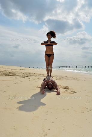 宮古島/前浜ビーチで空手&ヨガの写真素材 [FYI00375679]