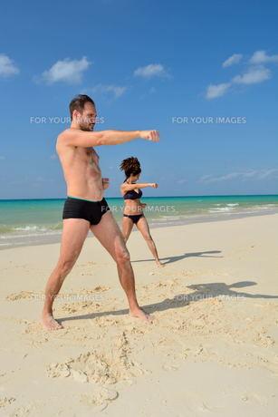 宮古島/前浜ビーチで空手&ヨガの写真素材 [FYI00375696]