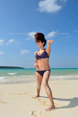 宮古島/前浜ビーチで空手&ヨガの写真素材 [FYI00375697]
