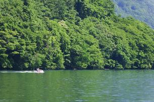 十和田湖畔 ジェットスキーの写真素材 [FYI00376528]