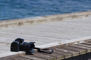桟橋とカメラの写真素材 [FYI00376577]