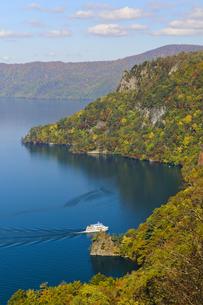 十和田湖の紅葉の写真素材 [FYI00376821]