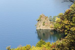 十和田湖の紅葉の写真素材 [FYI00376828]