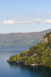 十和田湖の紅葉の写真素材 [FYI00376831]