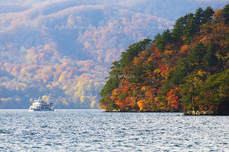 十和田湖の紅葉 遊覧船の素材 [FYI00376982]