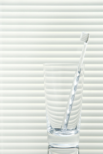 グラスと歯ブラシの写真素材 [FYI00377166]