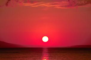 赤く染まる羅臼の空と海の写真素材 [FYI00377168]