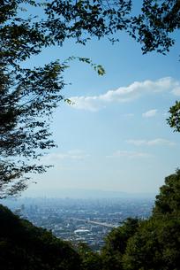 峠から見る街と空の写真素材 [FYI00377173]