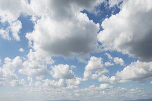 遥か遠くまで連なる雲の写真素材 [FYI00377174]